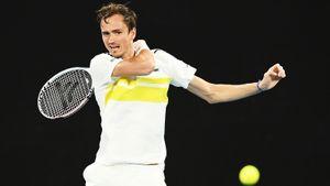 Медведев в день рождения бросал банановую кожуру на корт Australian Open. За ним не убирали из-за ковид-протокола
