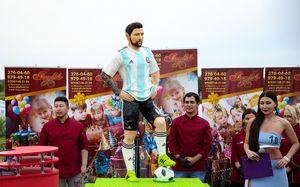 Шоколадный Месси на ДР настоящему, японцы-чистюли и флэшмоб перед Уругваем. Лучшие фото 11-го дня ЧМ