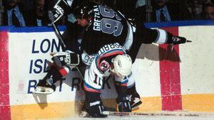 «Это было что-то!» Российский хоккеист Каспарайтис уложил на лед Гретцки, чтобы забить легендарный гол: видео