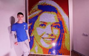 Мальчик с ДЦП собрал картину Веры Брежневой высотой более 2 метров из кубиков Рубика в конкурсе «Ничего особенного»