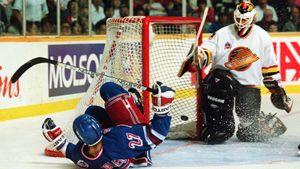 Шикарному голу Ковалева — 26 лет. Его шайба в падении в финале Кубка Стэнли попала на обложку NHL95