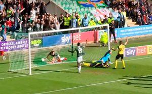 В Англии футболист забил гол травмированному вратарю, пытавшемуся получить помощь врачей