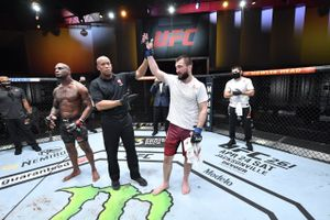 Брат Хабиба закрыл обидное поражение в UFC. Абубакар Нурмагомедов избивал американца весь бой