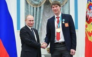«Вася в два раза выше Путина? Он в два раза выше всех». Жена самого большого вратаря сборной России
