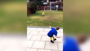 Дети экс-игрока «Эвертона» воссоздали известные голы водворе вовремя карантина. Видео оценили Руни и«Рома»