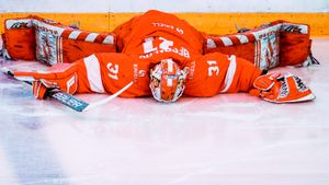 Бывший НХЛовец получил в лицо, вратарь уснул на разминке. Главные фото матча «Спартак» — СКА