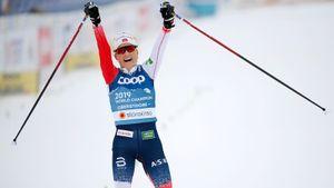 Королева лыж выиграла чемпионат мира, хотя шведка отправила ее в снег. А дебютантка из России в топ-10