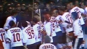 Знаменитая драка в игре СССР — Канада. Канадцы били советских милиционеров и показывали трибунам неприличные жесты