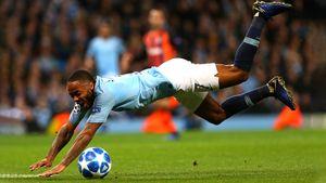 Стерлинг ударил ногой в газон, упал и заработал пенальти. Это вообще как?