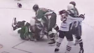 Скандальная драка русского хоккеиста Назарова. Он в одиночку бился с игроками «Ак Барса», защищая партнеров: видео