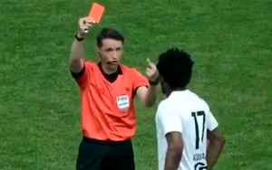 В Латвии судья показал чернокожему игроку средний палец, объясняя почему удалил его: видео