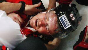 Жуткая травма русского форварда, грязный жест разъяренного фаната. Фото битвы «Авангарда» и «Барыса»