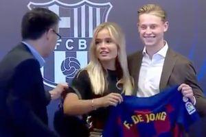 Президент «Барселоны» смутил девушку новичка команды Френки де Йонга, забрав ее сумочку