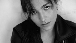 Константинова снялась в смелой фотосессии. Фигуристка позировала в куртке на голый торс: фото и видео