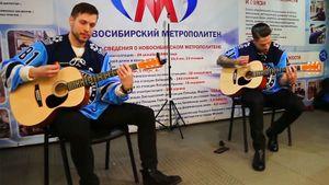 Канадец и финн спели русские хиты в метро. Они собирали деньги для детского дома в Новосибирске