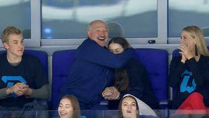 Президент Лукашенко обнял Мисс Белоруссия— 2018, празднуя гол хоккеистов «Динамо»: видео