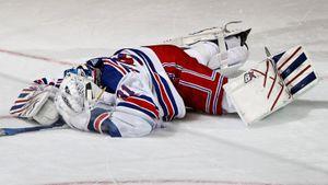 Русский вратарь растянулся в шпагате и не смог сам встать на ноги. Крутой матч Шестеркина закончился травмой: видео