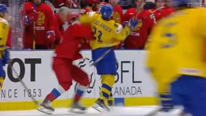 Швед отправил внокдаун русского хоккеиста вполуфиналеМЧМ. Видео грязного удара локтем вголову