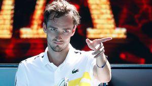 Лучший теннисист России избивал сетку, взывал к жене, отдал 2 партии подряд, но впервые выиграл в пяти сетах