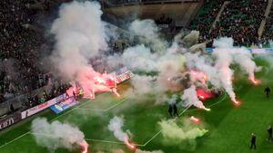 Фанаты сорвали начало матча «Сент-Этьен»— «Анже». Поле забросали пиротехникой
