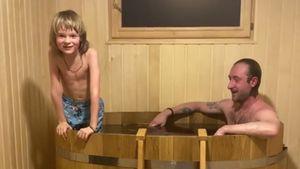 Плющенко и Гном Гномыч окунулись в бочку с ледяной водой после бани: видео