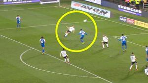Английский нападающий невероятным ударом через себя забил один из самых красивых голов года