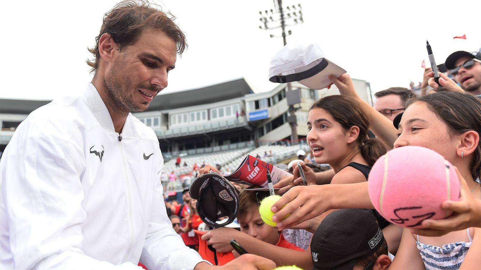 Суббота 10:29Надаль вовремя автограф-сессии достал изтолпы плачущего мальчика иобнял его Getty Images