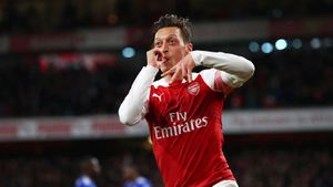 Озил— один изтрех игроков «Арсенала», непошедших насокращение зарплаты. Онполучает вкоманде больше всех