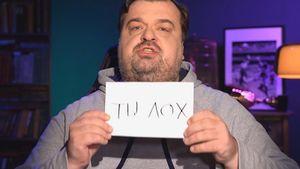 Уткин после спора с Радимовым спел о «Зените» и Дзюбе, держа в руках оскорбительную табличку