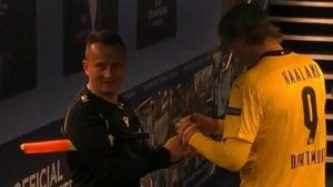 Судью раскритиковали за взятый автограф у звезды «Боруссии» Холанда. Оказалось, так он помогает больным аутизмом