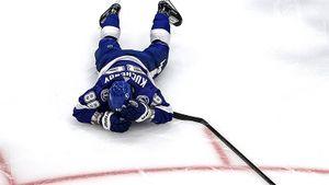 Канадец ударил русского хоккеиста локтем в голову. Кучеров ответил Бенну красивыми пасами и рекордами
