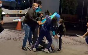 Юные фанаты сборной Бразилии набросились на Неймара возле отеля: видео