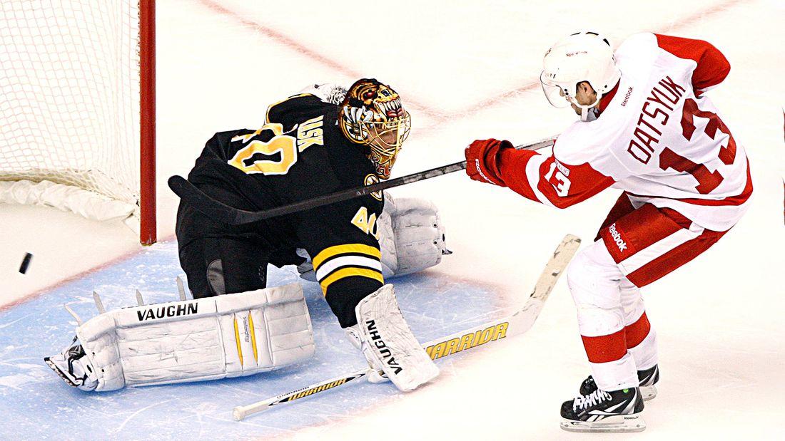 Легендарный гол русского хоккеиста Дацюка. Он уложил на лед канадца Бойчака и хитрым финтом обманул вратаря: видео