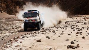 «Сломали бедро зрителю, аончувствует свою вину». Россия лишилась половины грузовиков на«Дакаре»