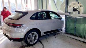 Известный хоккеист пробил стену паркинга в Москве на своем Porsche и чуть не упал с 3-го этажа: видео