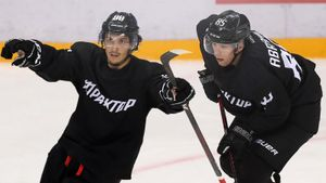 Самый романтичный хоккей этого лета— у «Трактора». На Урале случайно создали суперсвязку Абрамов— Тертышный