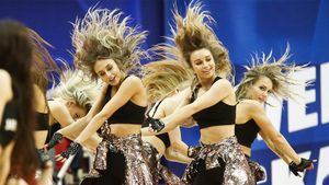 Жаркие танцы группы поддержки, хлопающий конь идети напаркете. Необычные фото сматча ЦСКА— Химки