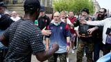Как футбольные фанаты учат полицейских защищать Британию от погромов и мародерства. А заодно дерутся с ними