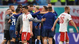 Польша проиграла Словакии после автогола Щенсны и удаления Крыховяка