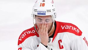 «Слышал, что в КХЛ игрокам делают уколы перед матчами». Форвард «Куньлуня» Ип разговорился в Америке