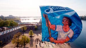 «Зенит» празднует 95-летие: Дзюба, Иванович иСемак выстрелили изпушки, пиро-шоу фанатов ибаннер над Невой