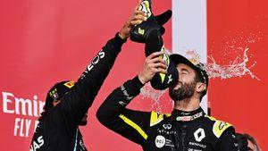 Риккардо после Гран-при Эмилии-Романьи угостил Хэмилтона шампанским из своего ботинка. Боттас отказался: видео