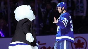 Один из лучших игроков мира дико испугался надувного медведя. Крутой хоккейный розыгрыш на Хэллоуин