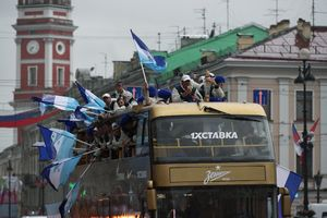 Чемпионский парад «Зенита»: прощание с Нету и Анюковым, файеры над Невой и золотой автобус