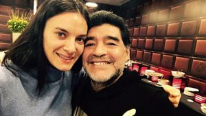 Исинбаева выложила фото в обнимку с Марадоной: «Горжусь тем, что знала тебя и была твоим другом!»