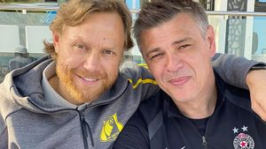 Какой же крутой тренер у «Партизана»! Играл с Мостовым, любит Есенина, знает песню про русский поезд