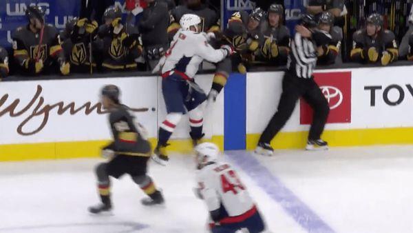 Овечкин выбросил забортик американца Шмидта. Лучшие силовые приемы русских звезд впрерванном сезоне НХЛ