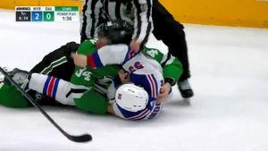 Русский форвард Гурьянов уложил налед американца Линдгрена вматче НХЛ: видео