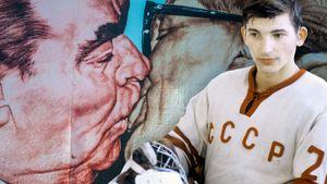 Знаменитый поцелуй Брежнева однажды достался хоккеисту Третьяку. Для их встречи остановили матч сборной СССР