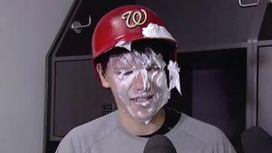 Канадец испачкал лицо русского вратаря кремом для бритья. Самсонов продолжил давать интервью: видео